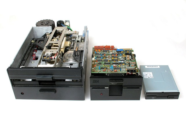 800px-Floppy_Disk_Drives_8_5_3